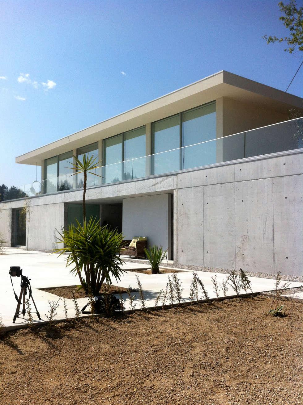Casa Cláudia: Casas minimalistas por Artspazios, arquitectos e designers