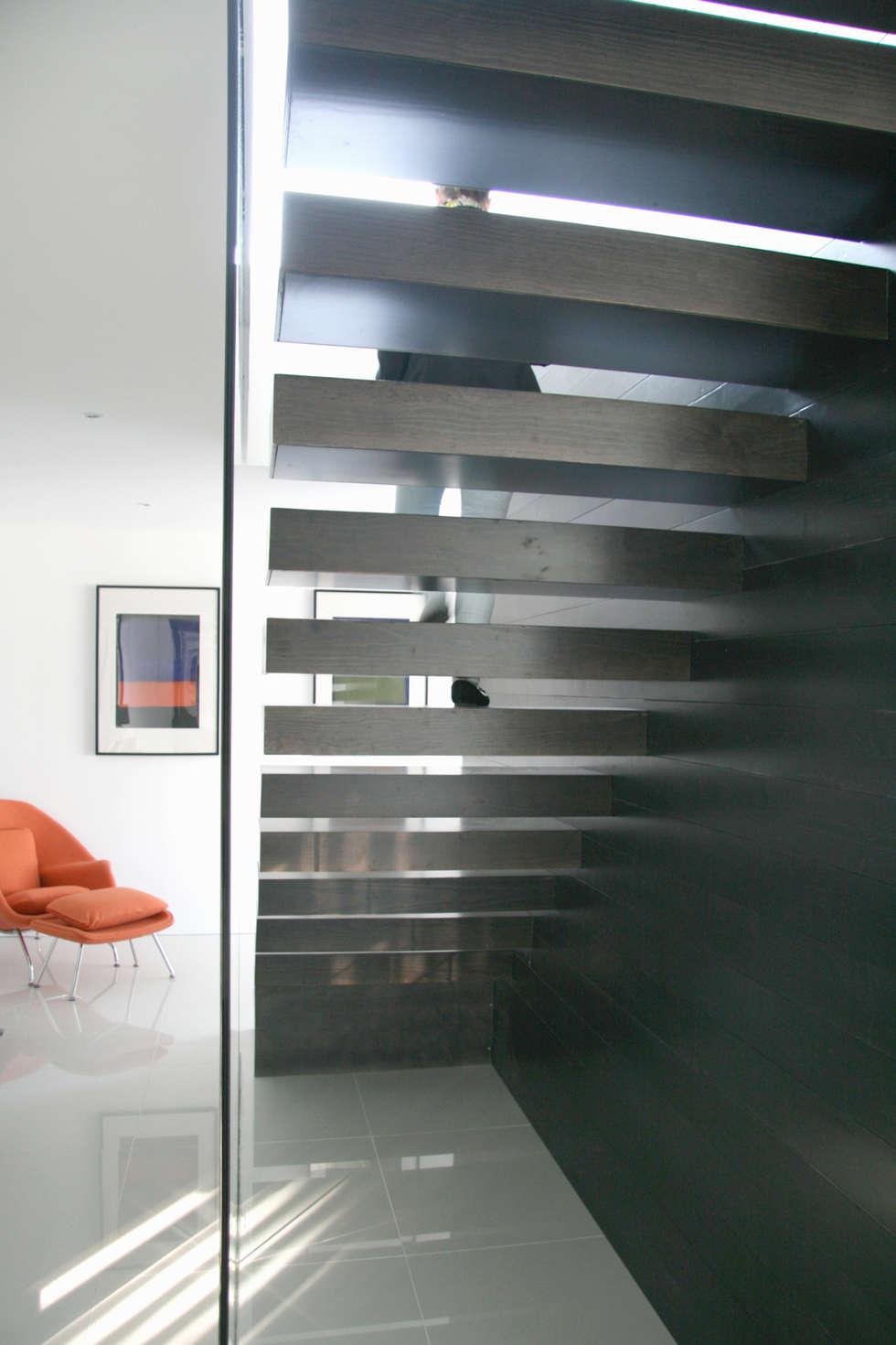 Casa Cláudia: Corredores e halls de entrada  por Artspazios, arquitectos e designers