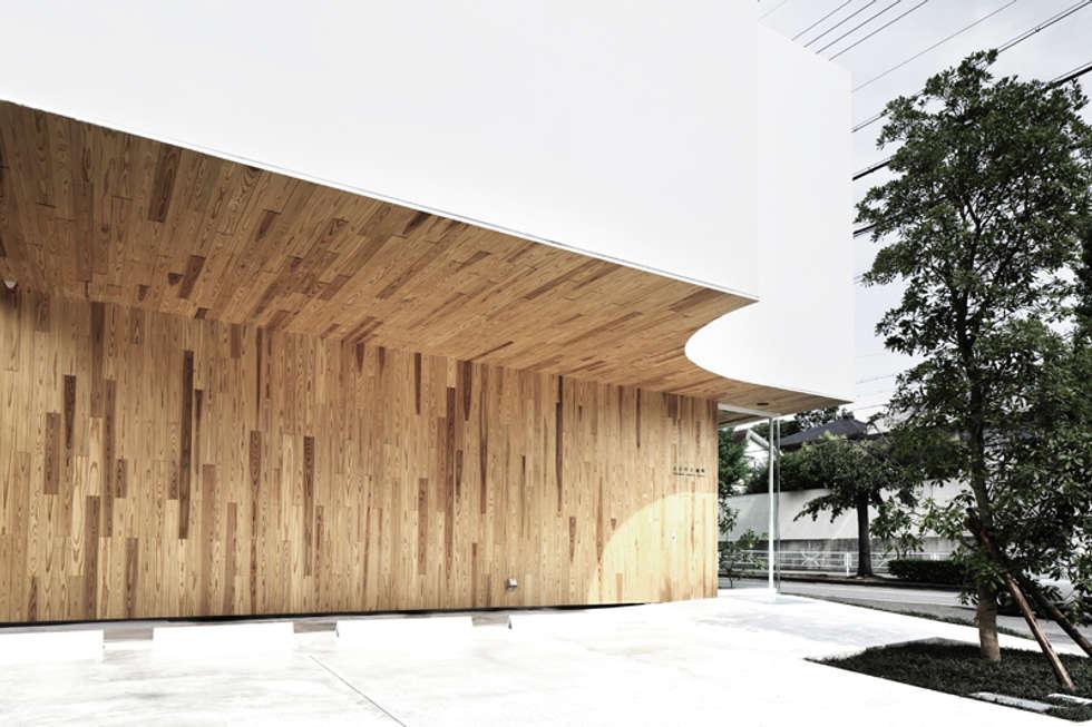 駐車スペースよりエントランスを見る: 平沼孝啓建築研究所 (Kohki Hiranuma Architect & Associates)が手掛けた医療機関です。
