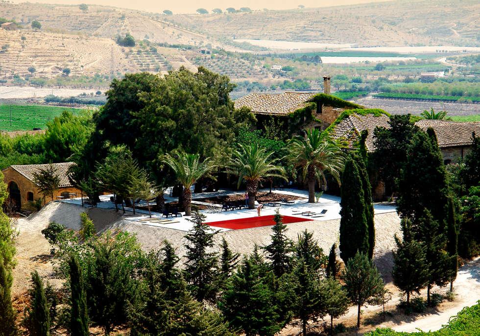 Realizzazione piscina pubblica per Hotel Farm Butera: Piscina in stile in stile Mediterraneo di Olympic Italia Costruzioni Piscine SPA - di Gabriele Lodato