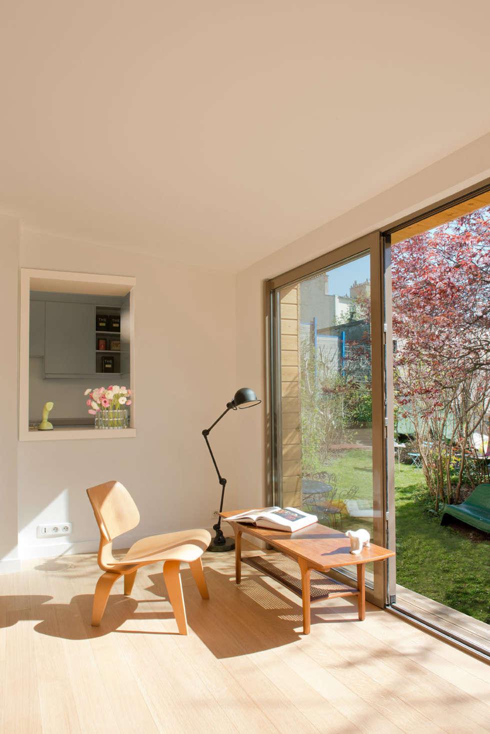 Le salon: Salon de style de style Moderne par MELANIE LALLEMAND ARCHITECTURES