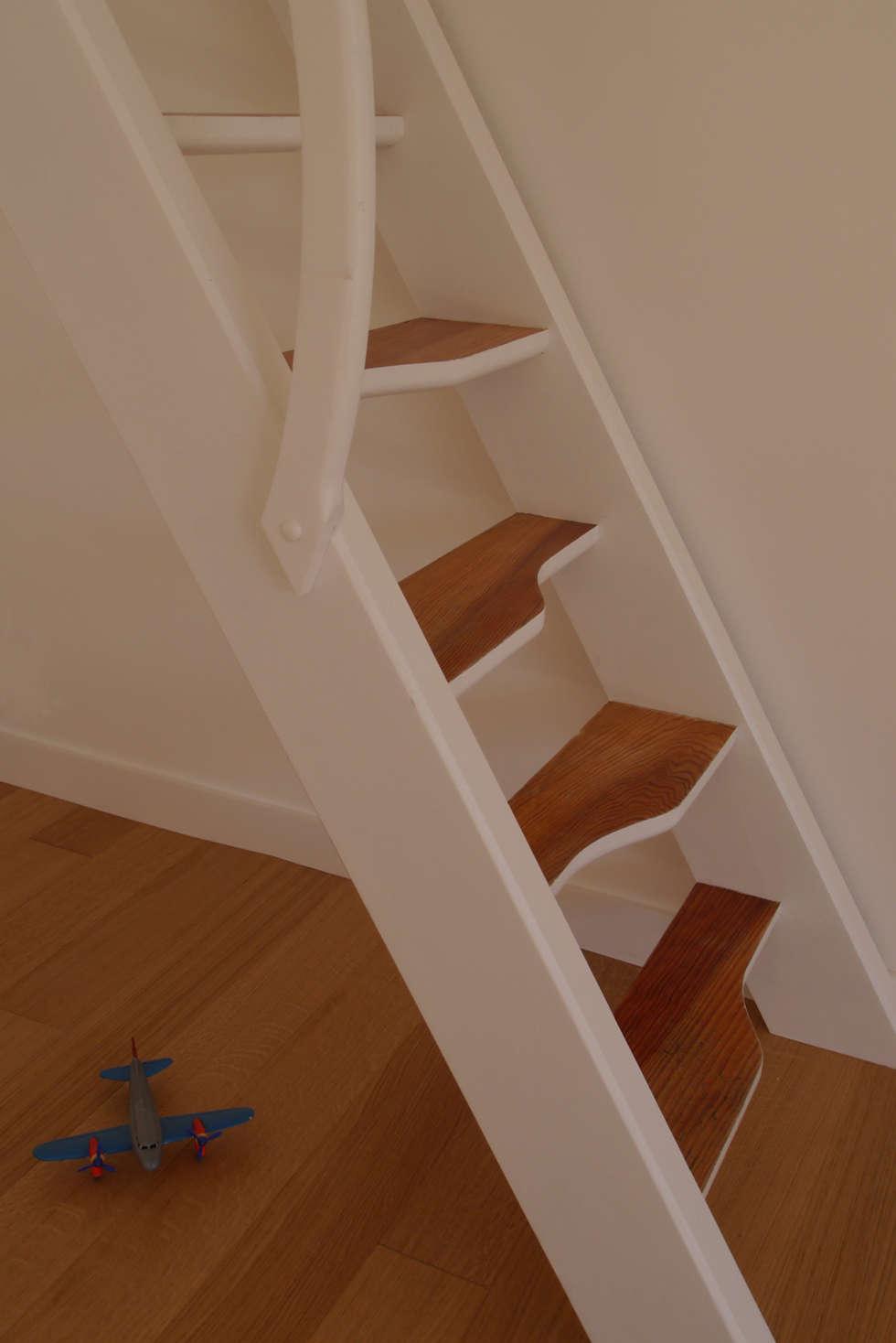 Détails sur l'escalier: Couloir et hall d'entrée de style  par MELANIE LALLEMAND ARCHITECTURES