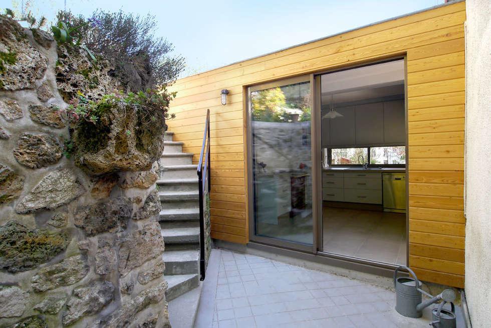 La cour: Maisons de style de style Moderne par MELANIE LALLEMAND ARCHITECTURES
