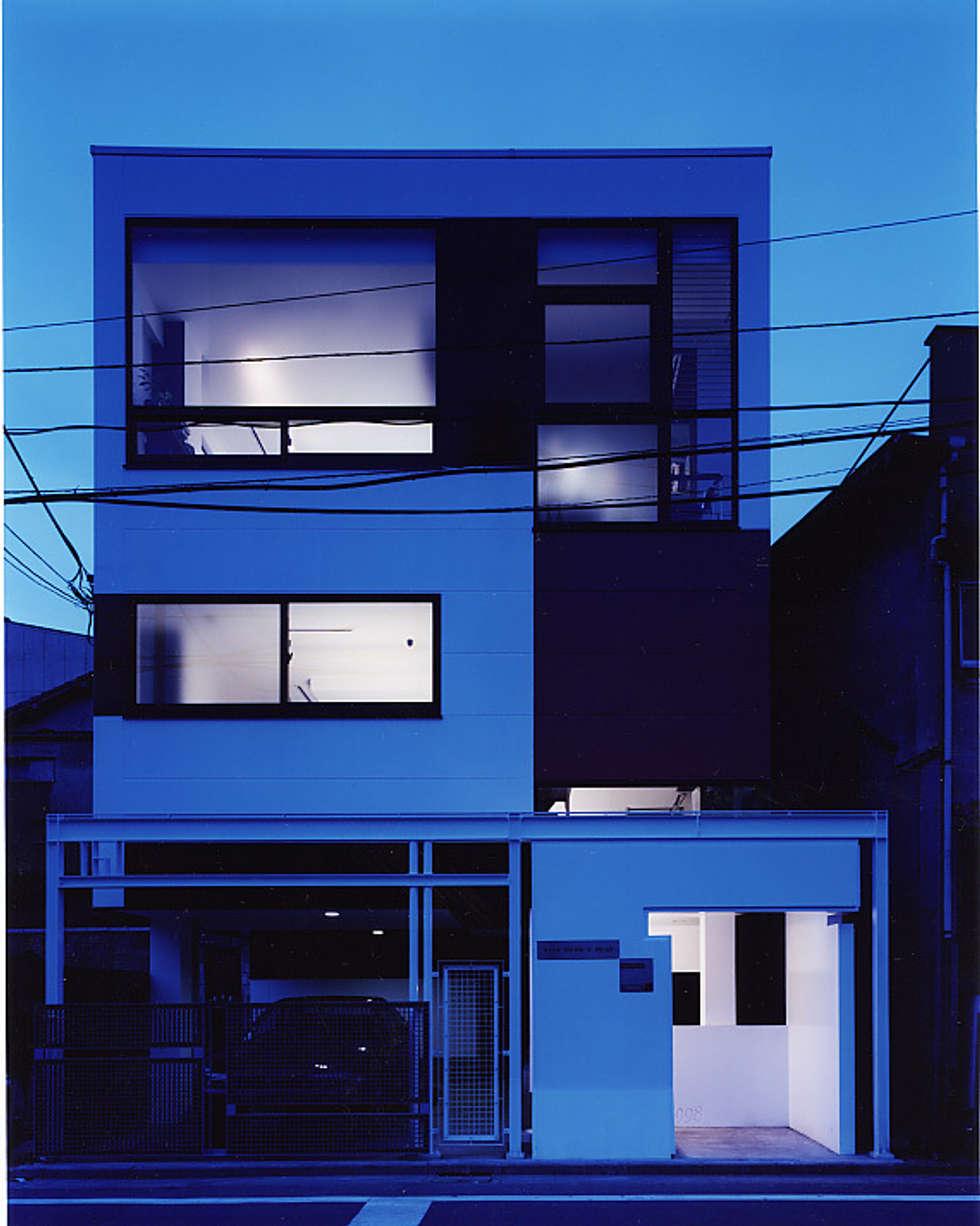 外観 夜景: 濱嵜良実+株式会社 浜﨑工務店一級建築士事務所が手掛けたオフィスビルです。
