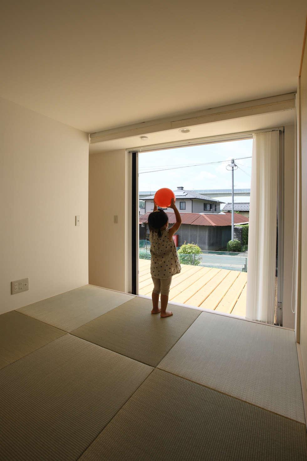 畳コーナー: ARCHIXXX眞野サトル建築デザイン室が手掛けた寝室です。