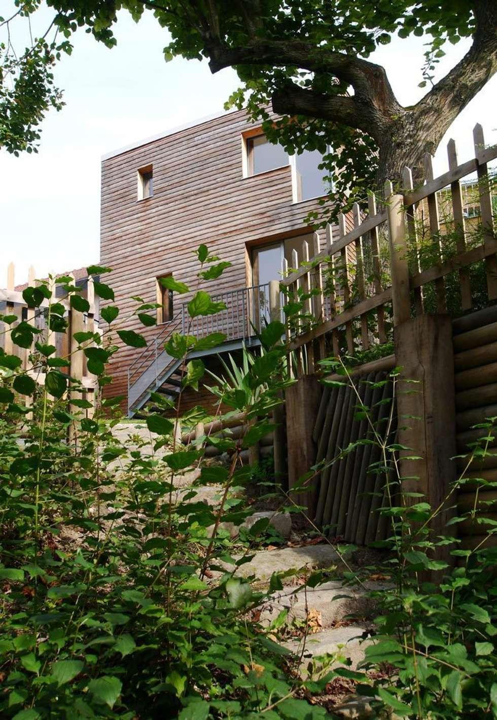 L'extérieur: Maisons de style de style Moderne par MELANIE LALLEMAND ARCHITECTURES