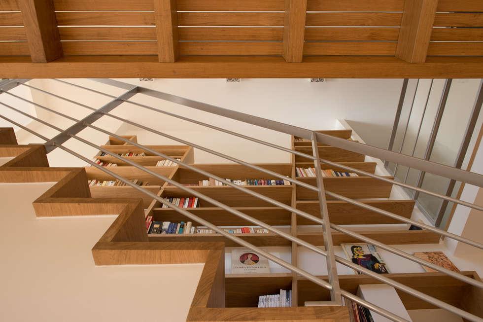 L'escalier: Couloir et hall d'entrée de style  par MELANIE LALLEMAND ARCHITECTURES