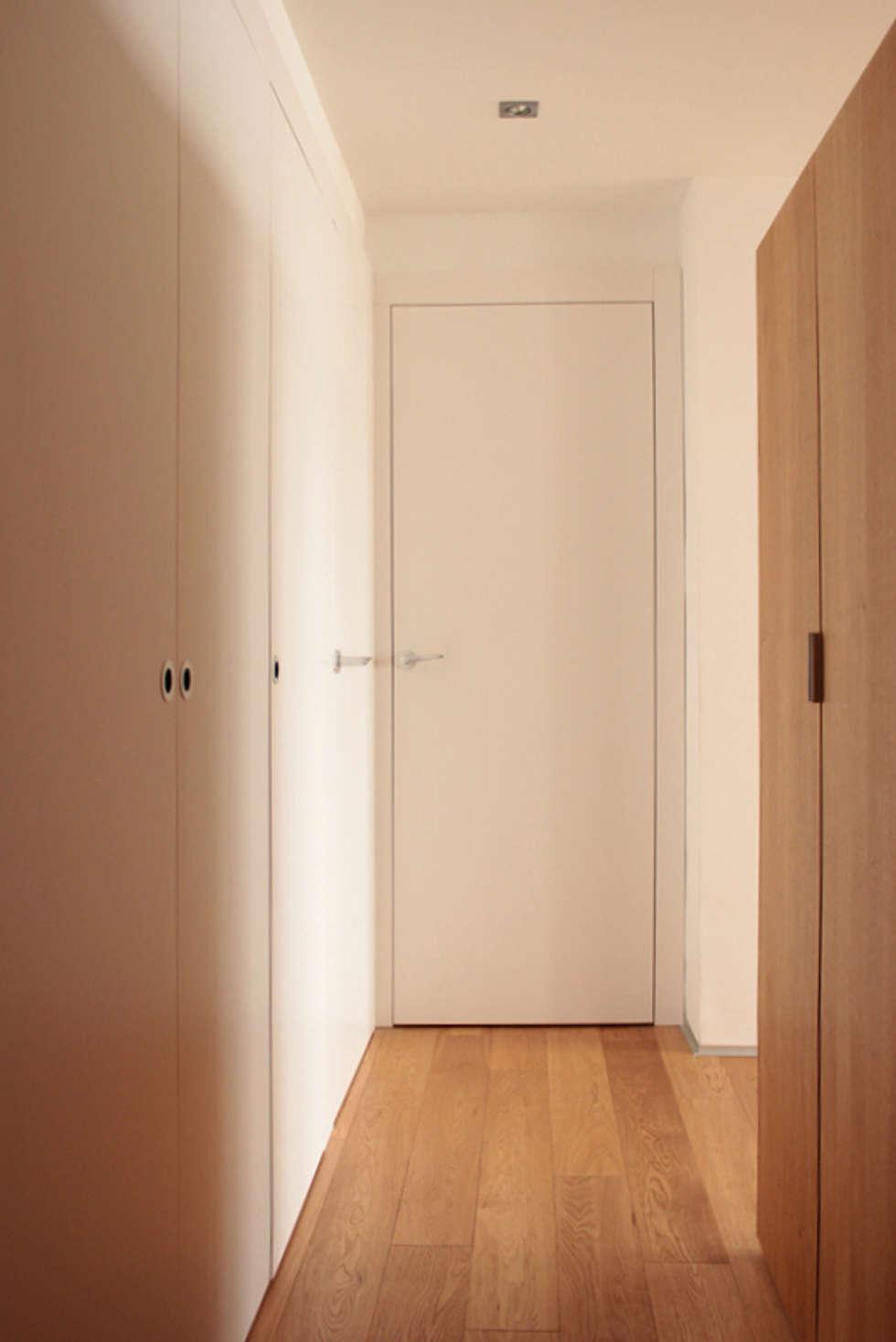 couloir entrée: Couloir et hall d'entrée de style  par cambiums