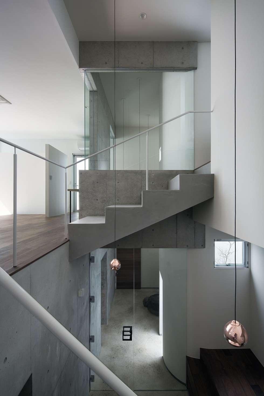 エントランス+階段: ARCHIXXX眞野サトル建築デザイン室が手掛けた廊下 & 玄関です。