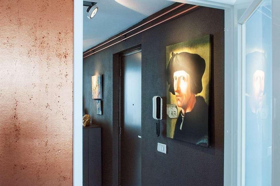 chocoladebruine muur en koperen buizen:  Gang en hal door IJzersterk interieurontwerp