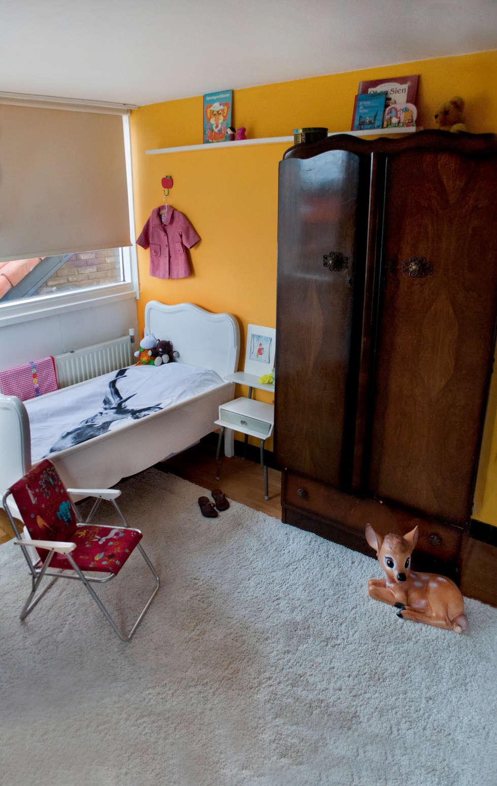 meisjeskamer met retro elementen: eclectische Kinderkamer door IJzersterk interieurontwerp