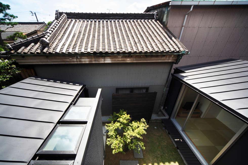 光庭と洗濯室を見下ろす: atelier mが手掛けた庭です。