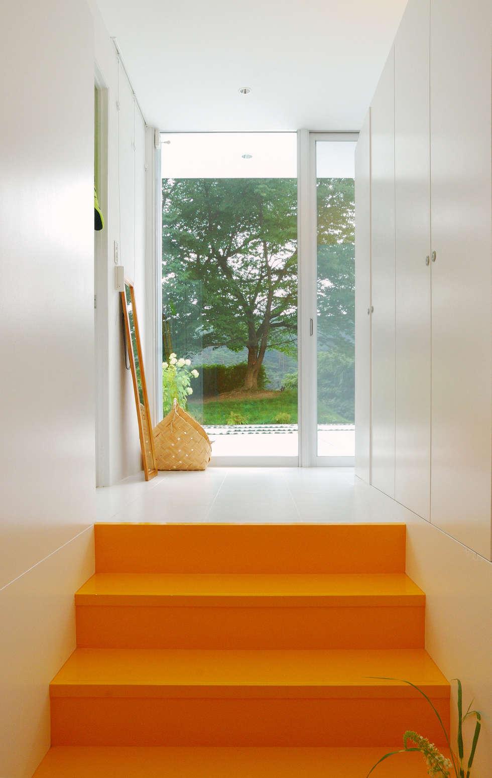玄関: 株式会社ブレッツァ・アーキテクツが手掛けた庭です。
