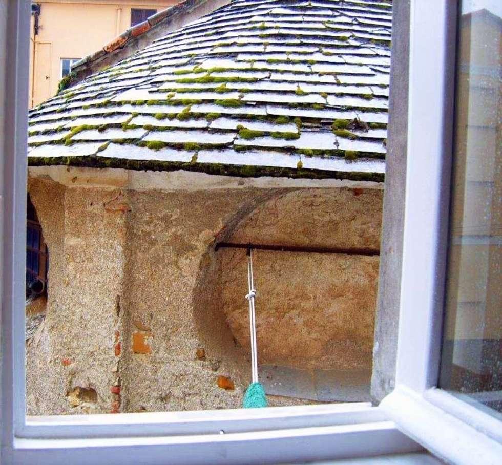 dalla finestra : Finestre in stile  di Cristina Molteni