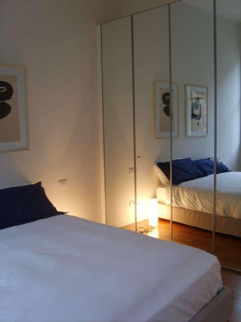camera: Camera da letto in stile in stile Moderno di Cristina Molteni