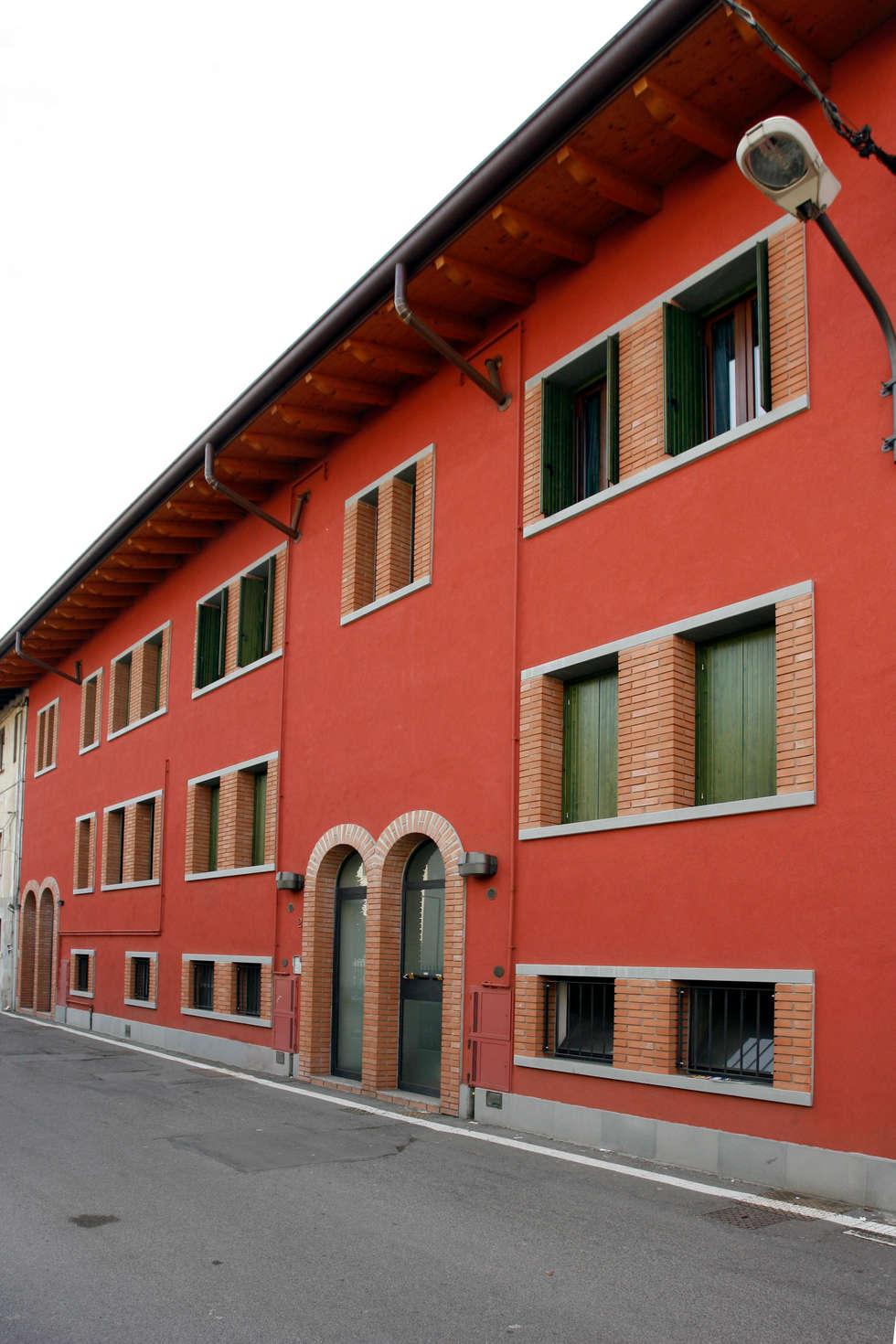 Il fronte principale: Case in stile In stile Country di Studio associato di architettura Cattaneo