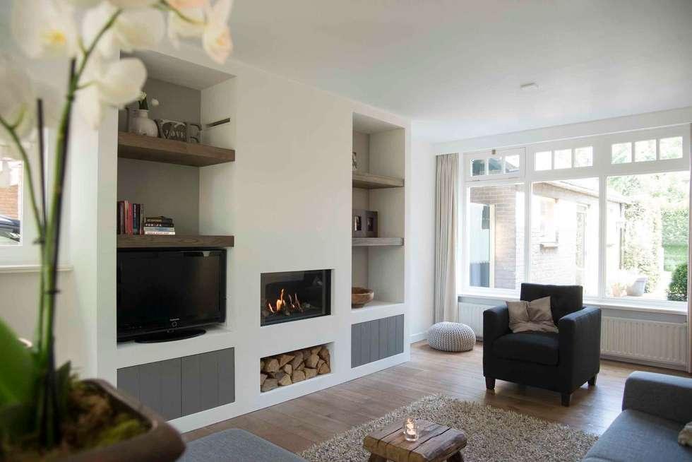 Fotos van een landelijke woonkamer: open vakkenkast met tv en ...