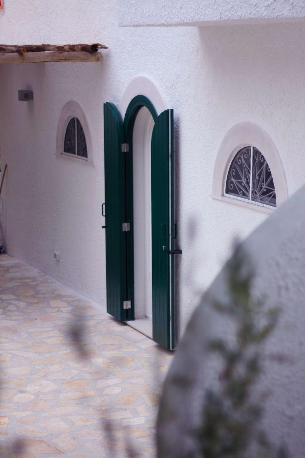 l'ingresso: Case in stile in stile Mediterraneo di Durango Studio di architettura e paesaggio