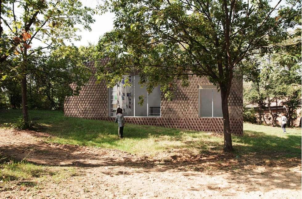 Prospetto sul parco fase 0 : Case in stile in stile Moderno di architetto Ravidà
