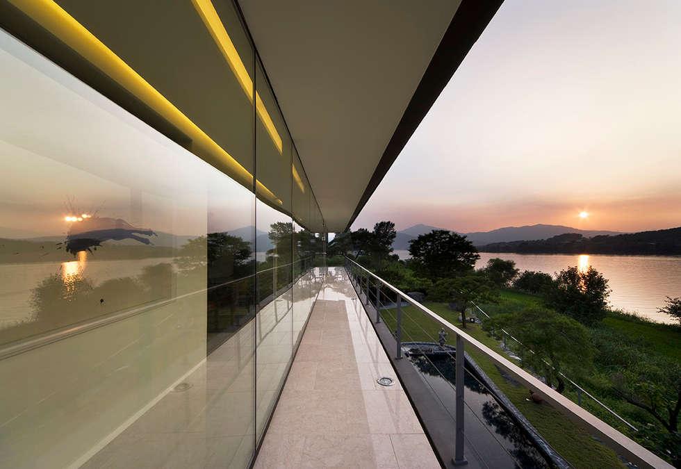 Floating House: hyunjoonyoo architects의  베란다