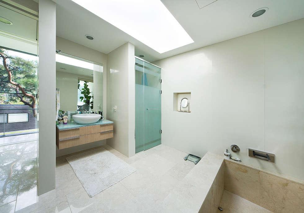 Floating House: hyunjoonyoo architects의  화장실