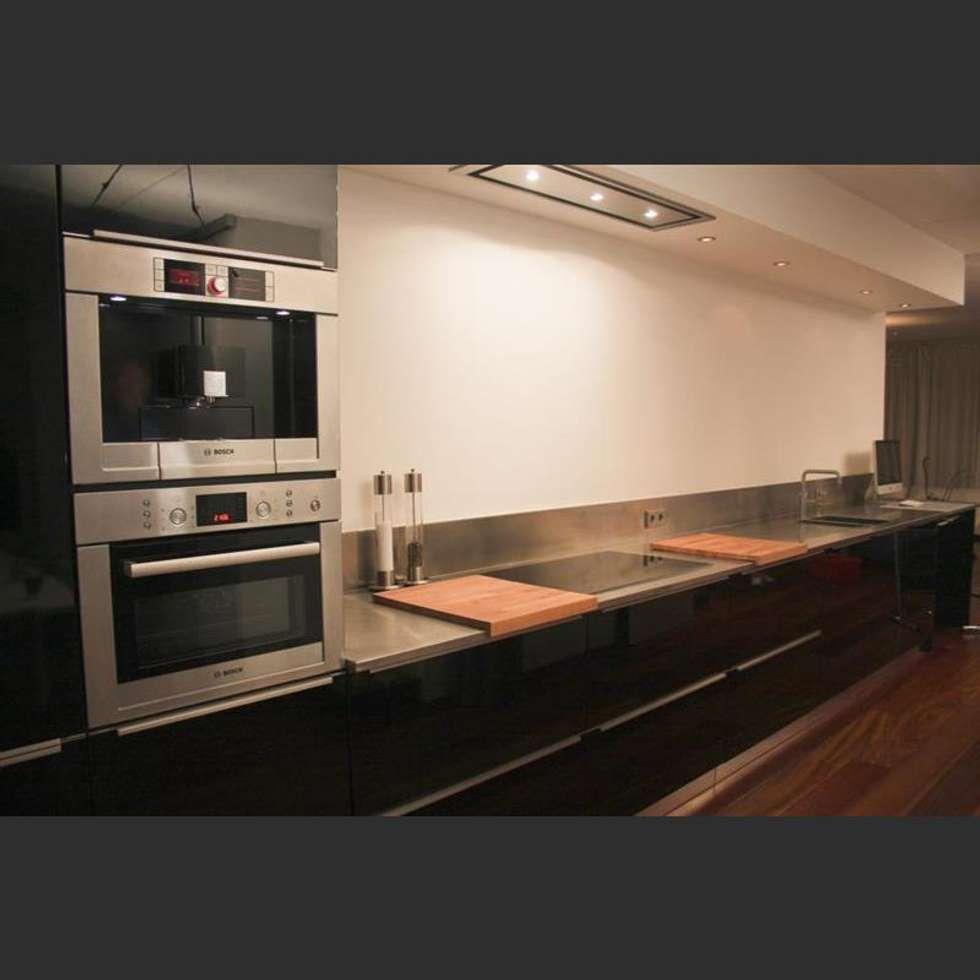 Maatwerkkeuken: hoogglans zwart met RVS werkblad: moderne Keuken door Joep Schut, interieurmaker