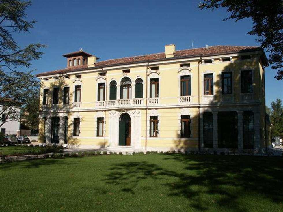 La facciata principale.: Giardino in stile in stile Classico di Giuseppe Maria Padoan bioarchitetto - casarmonia progetti e servizi