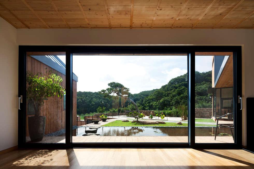Ssangdalri House: hyunjoonyoo architects의  거실