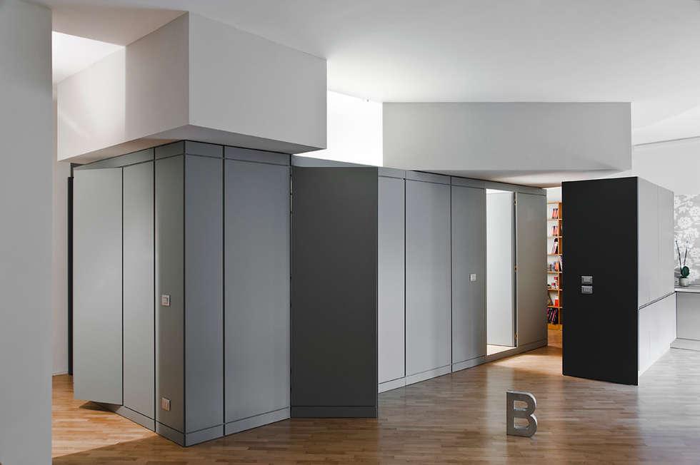Al centro un bagno e una lavanderia: Soggiorno in stile in stile Moderno di Bodà