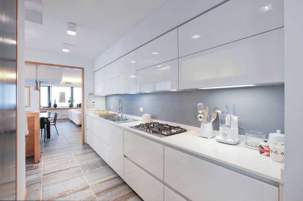 La cucina : Cucina in stile in stile Moderno di Emanuela Gallerani Architetto