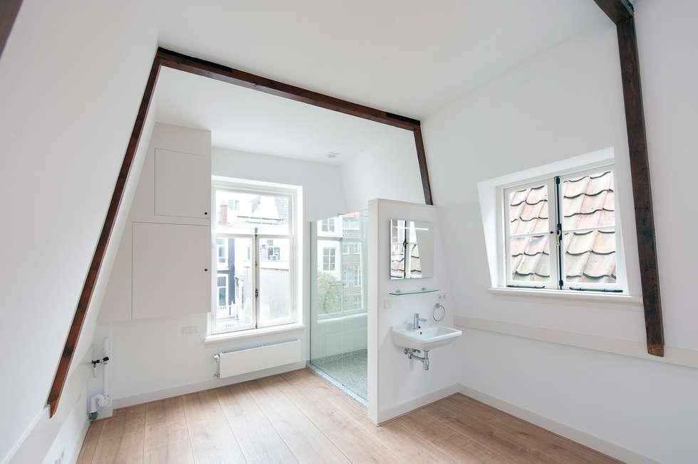 de zolder verdieping: klasieke Slaapkamer door Architectenbureau Vroom