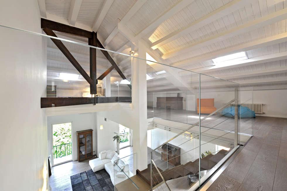 Casa Albega: Sala multimediale in stile  di  INO PIAZZA studio