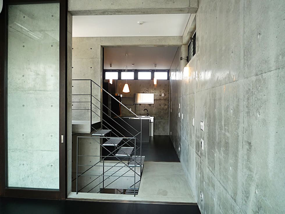 T型敷地の狭小住宅: スタジオ4設計が手掛けた廊下 & 玄関です。