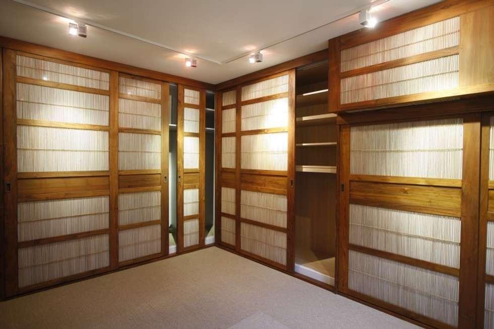 Custom made sliding doors: Espaces commerciaux de style  par Matahati