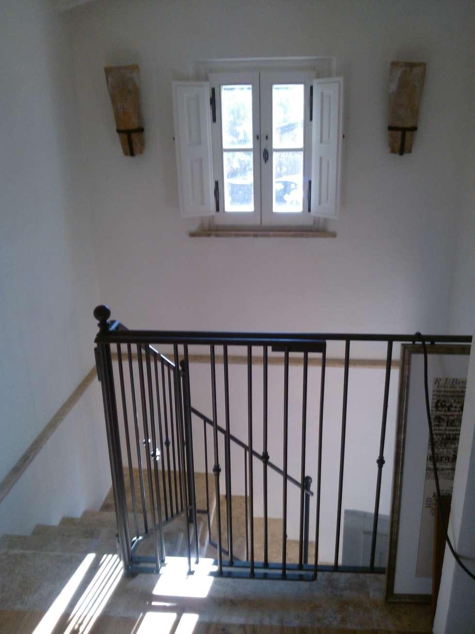 STUDIO B&W: Ingresso & Corridoio in stile  di Ilaria Panchetti Architetto