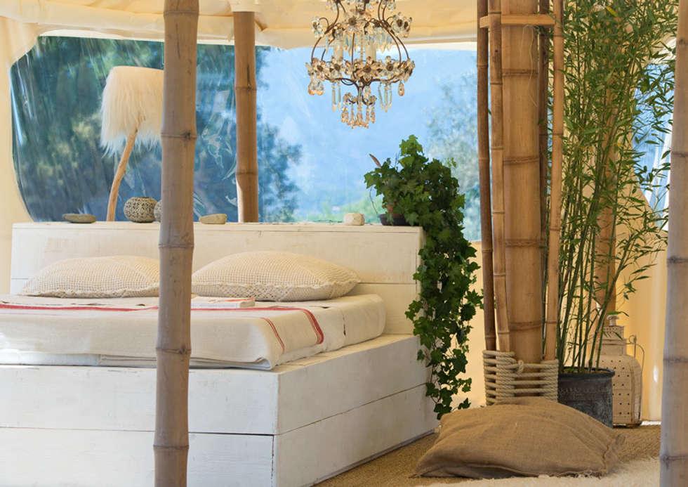 La petite tente bambou : 20m2 de Bonheur à planter dans son jardin !: Chambre de style de style eclectique par Marie de Saint Victor