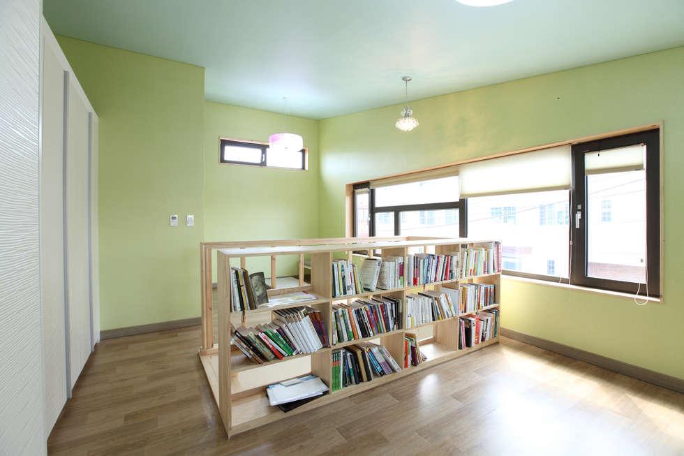 2층 부부침실: 주택설계전문 디자인그룹 홈스타일토토의  침실