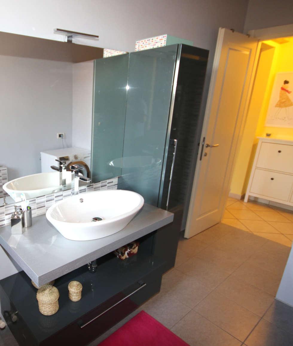 PICCOLO MA CHIC: Bagno in stile in stile Moderno di TOBEHOME INTERIORS