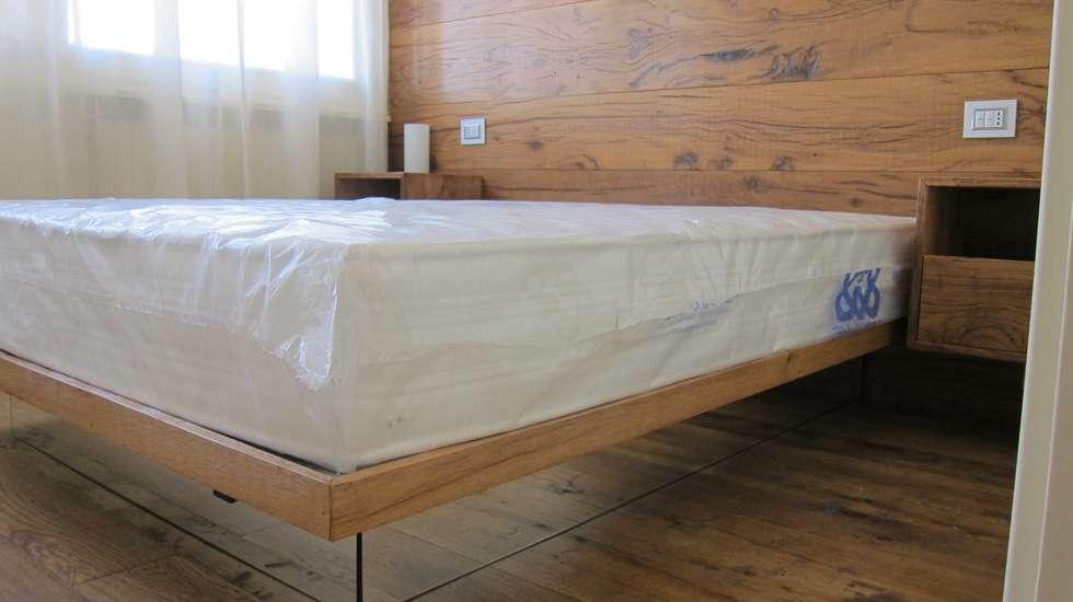 Camera da letto: Camera da letto in stile in stile Rustico di Falegnameria Ferrari