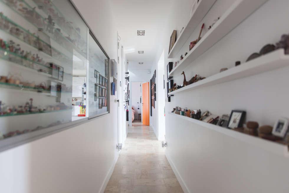 Couloir gallerie: Couloir et hall d'entrée de style  par Lise Compain