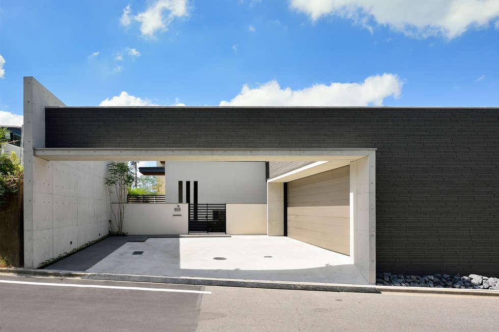 外観(アプローチ、ゲート向こうにビルトインガレージ): H建築スタジオが手掛けた家です。