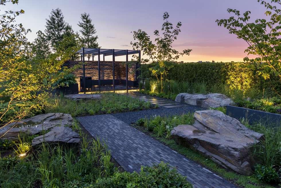 Inszenierte Abendstimmung: moderner Garten von GartenLandschaft Berg & Co. GmbH