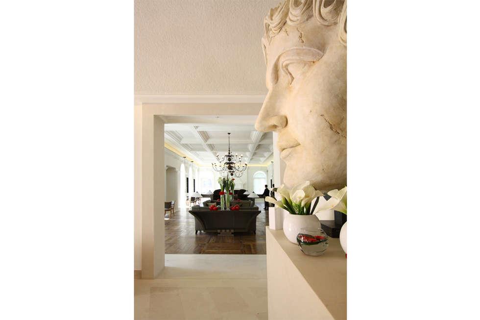 GRAN MELIÀ VILLA AGRIPPINA: Ingresso & Corridoio in stile  di DEVOTO