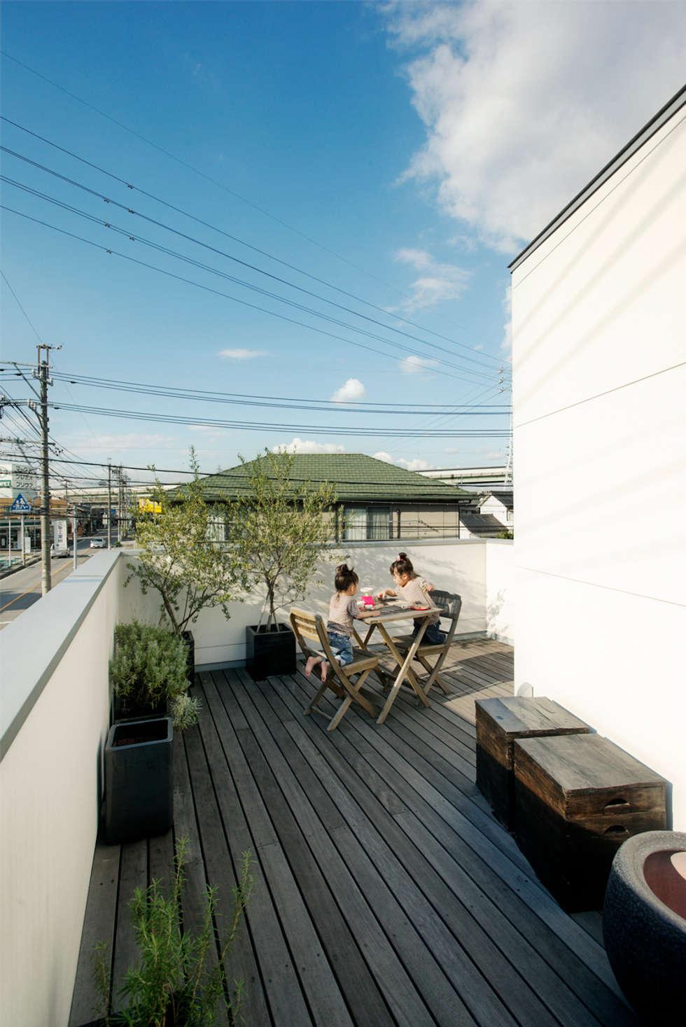 ルーフテラス(デッキテラス): H建築スタジオが手掛けたベランダです。