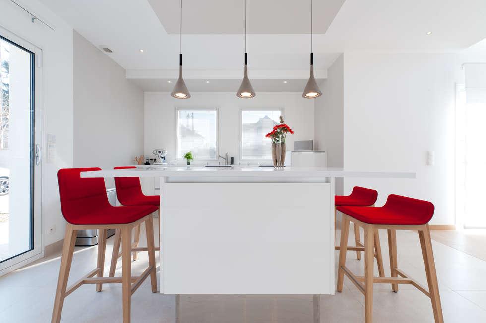 cocinas de estilo moderno por la cuisine dans le bain sk concept