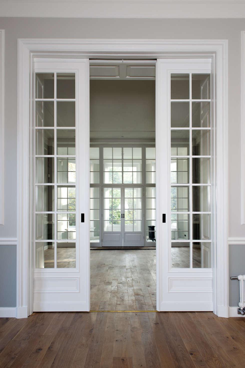 Renovatie herenhuis te Den Haag: klasieke Woonkamer door Kodde Architecten bna