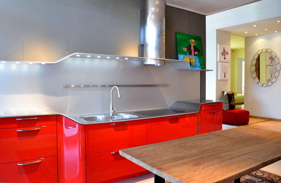 Venus By Snaidero - Pininfarina: Cucina in stile in stile Moderno di Architetti di Casa