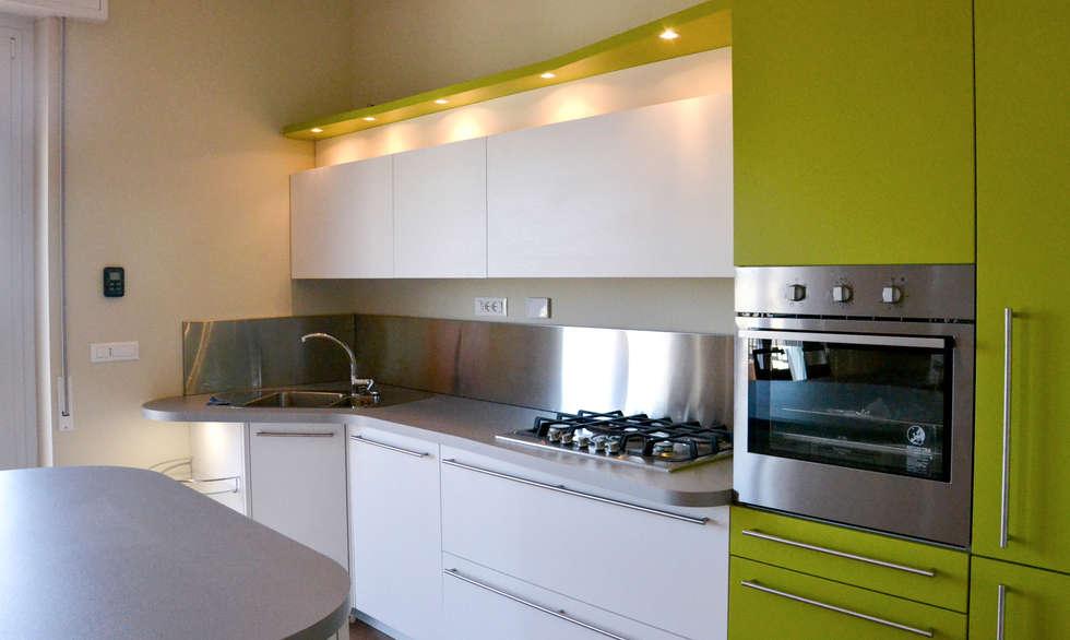 Foto di cucina in stile in stile moderno : ambiente open space – soggiorno e cucina skyline  homify