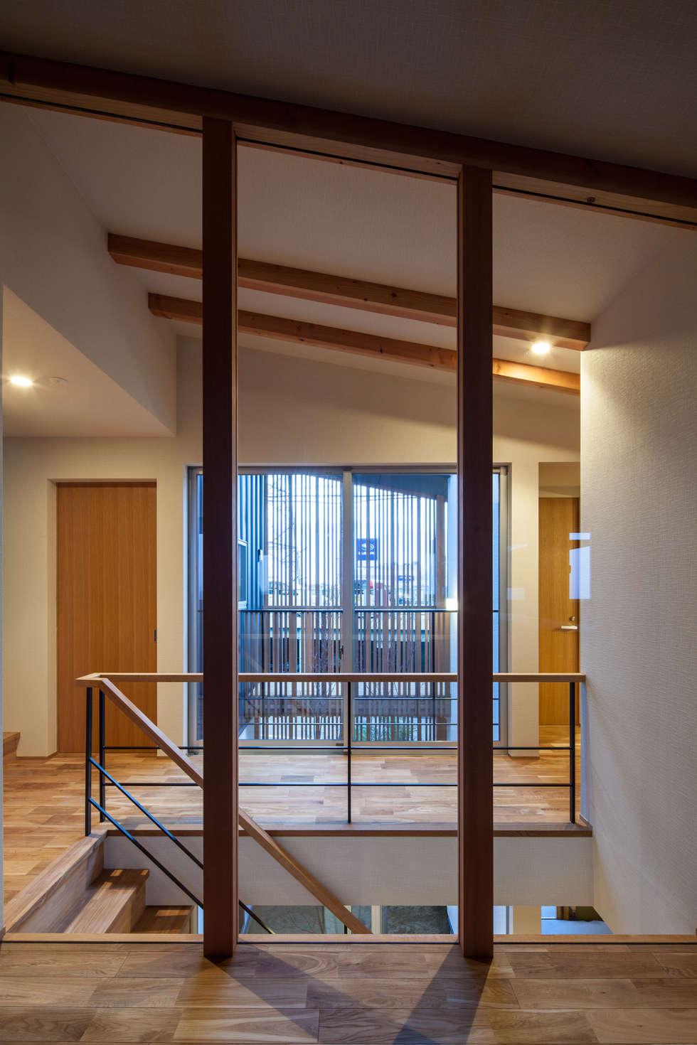 岸和田の家 廊下: 神谷徹建築設計事務所が手掛けた廊下 & 玄関です。