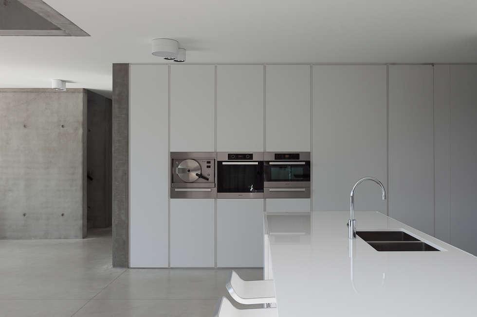 woning en kantoor volledig in ter plaatse gestort beton: minimalistische Keuken door pluspunt architectuur